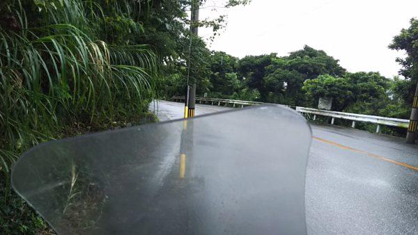 作業ガレージに向かうために、雨の中山道を走っています。